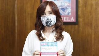 Cristina Fernández y el certificado de vacunación.