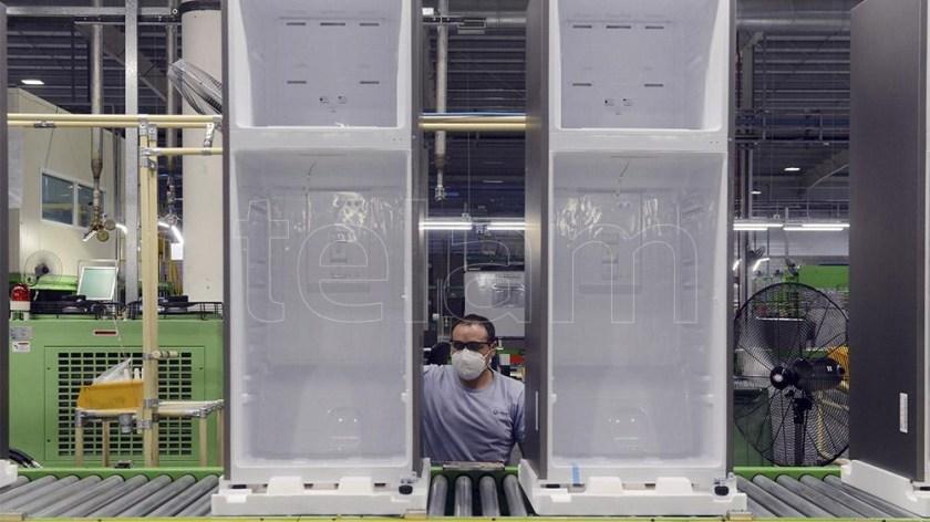 En Visuar la fabricación arranca en resina y finaliza en una heladera completa.