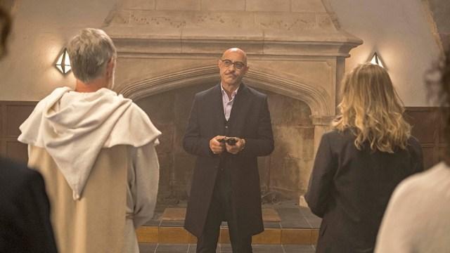 La serie española de thriller y terror encierra al espectador en un ambiente opresivo.