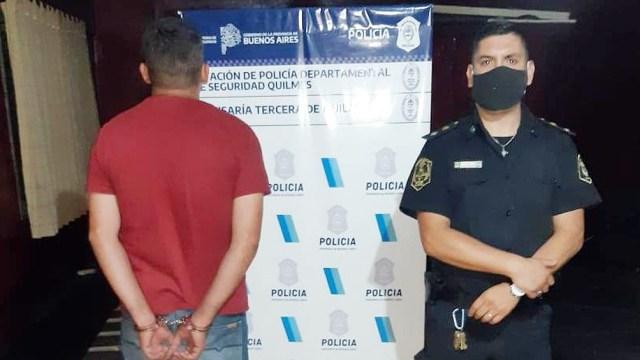 Al verse rodeado por los policías vestidos de civil, el acusado intentó escapar.