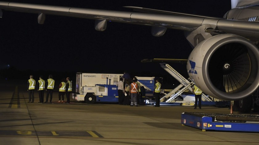 El avión trajo al país 904 mil vacunas Sinopharm contra el coronavirus desde China.
