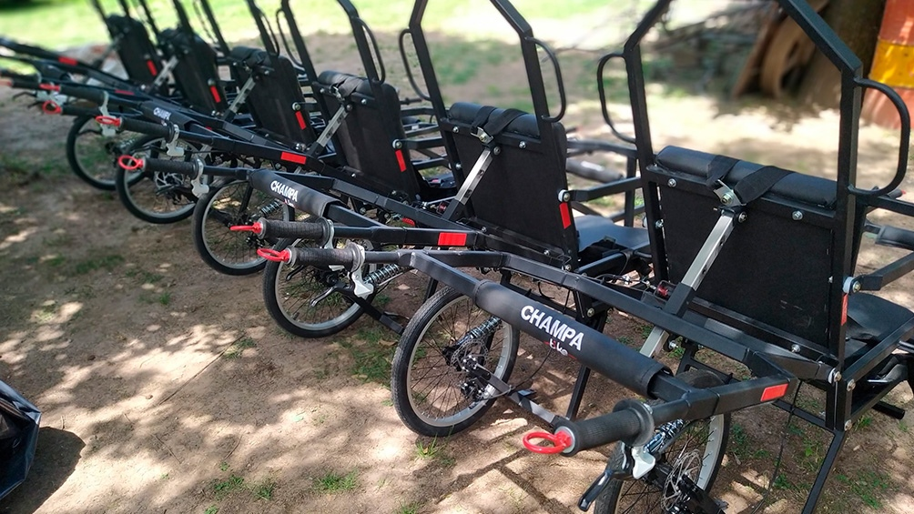 El monociclo tiene silla tapizada apta para intemperie, barra antivuelco, apoya brazos rebatibles y apoya pies regulables.