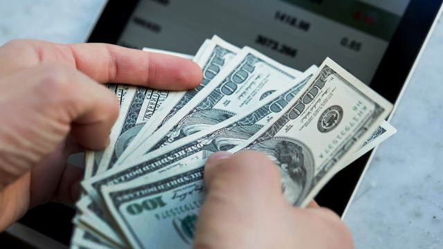 La cotización del dólar oficial finalizó hoy en $ 100,39 en promedio.