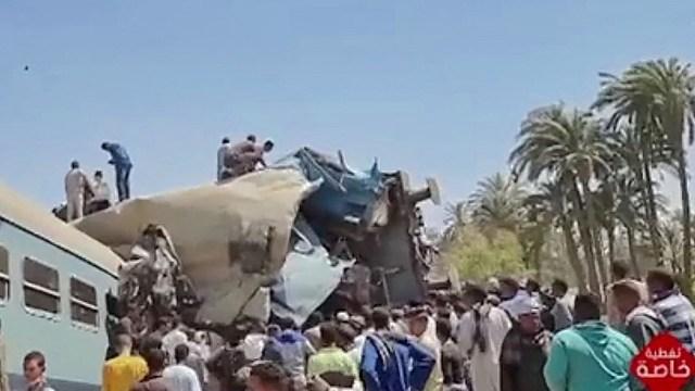 Varios vagones volcaron como consecuencia de la colisión, según un video filmado cerca del lugar del accidente.