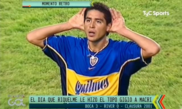 """Riquelme y su """"Topo Gigio"""" frente al palco de Mauricio Macri (Foto: Imagen TV- TyC Sports archivo)"""