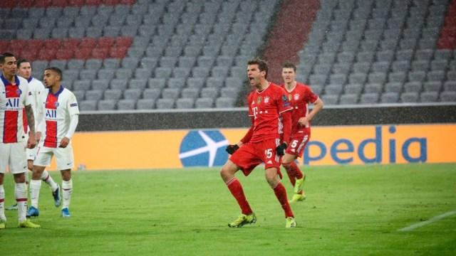 Thomas Müller empató las acciones para el Bayern frente al PSG (Foto: @FCBayernES))