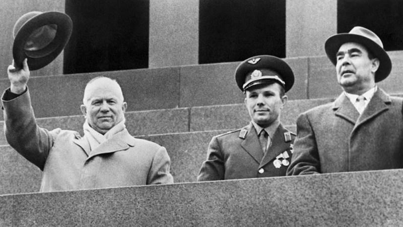 Gagarin junto al líder soviético Nikita Kruschev, quien saluda a la multitud. Con ellos, el presidente Leonid Brezhnev. (AFP).