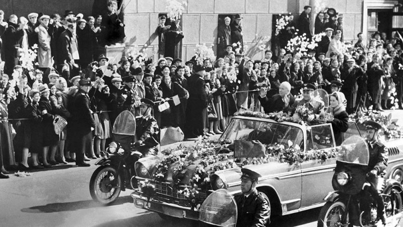 Dos días después de aterrizar en la estepa rusa, Gagarin tuvo su paseo de honor por las calles de Moscú en un flamante descapotable ZIL-111V. (AFP).