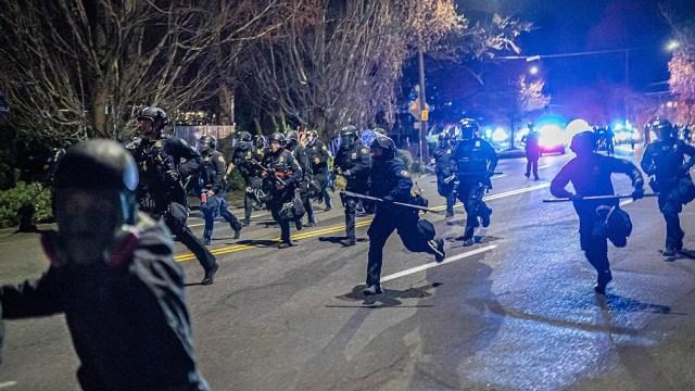 Fuertes protestas y desmanes por la muerte de un joven negro