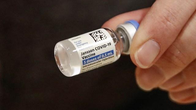 Quienes hayan recibido el inmunizante monodosis de Johnson & Johnson podrían sumarse a esta medida, aunque las autoridades indicaron que necesitan evaluar más datos.