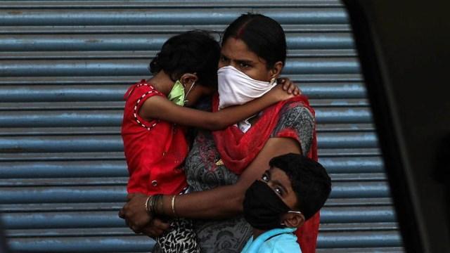 En India varias regiones impusieron estrictas restricciones durante 15 días a partir de este miércoles.