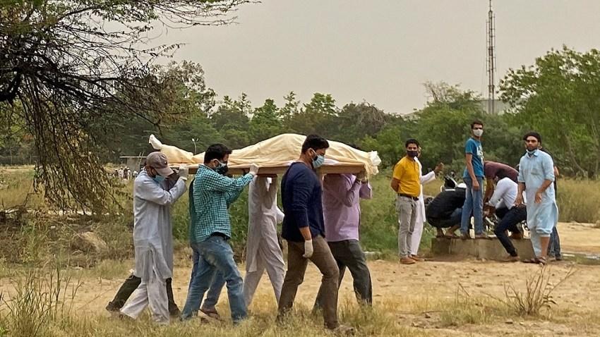 Los decesos también se están acelerando en India: en el país, de 1.300 millones de habitantes, se están registrando más de 1.000 muertos cada día.