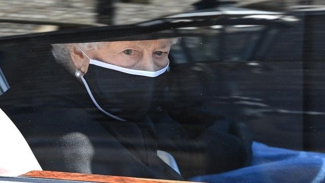 Visiblemente triste, la reina Isabel II despidió a su esposo el príncipe Felipe, duque de Edimburgo.