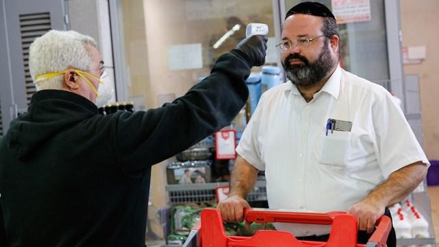 El Gobierno analiza reimplantar el uso del barbijo en espacios cerrados.