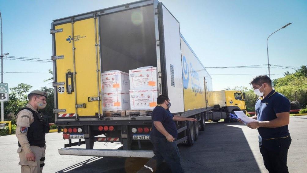 Luego de realizar el proceso de desaduanaje, recepción, control térmico, conteo, fraccionamiento y acondicionamiento en el centro logístico de Benavidez, empezó desde allí la distribución a las 24 jurisdicciones.