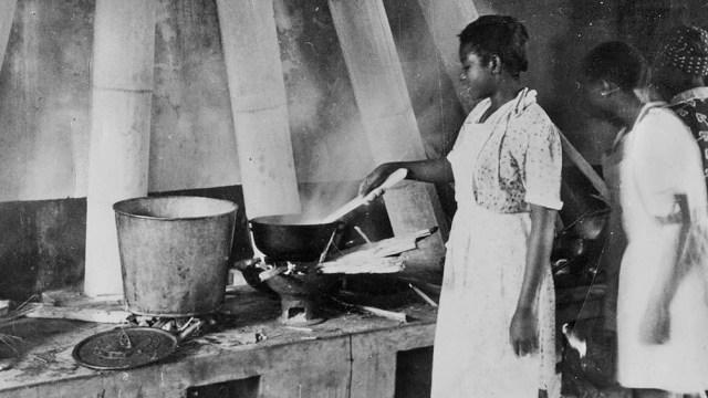 """""""Enseñanza de la cocina para mujeres, s/f"""". Archivo General de la Nación, Fondo El Cronista Comercial-Tiempo Argentino."""