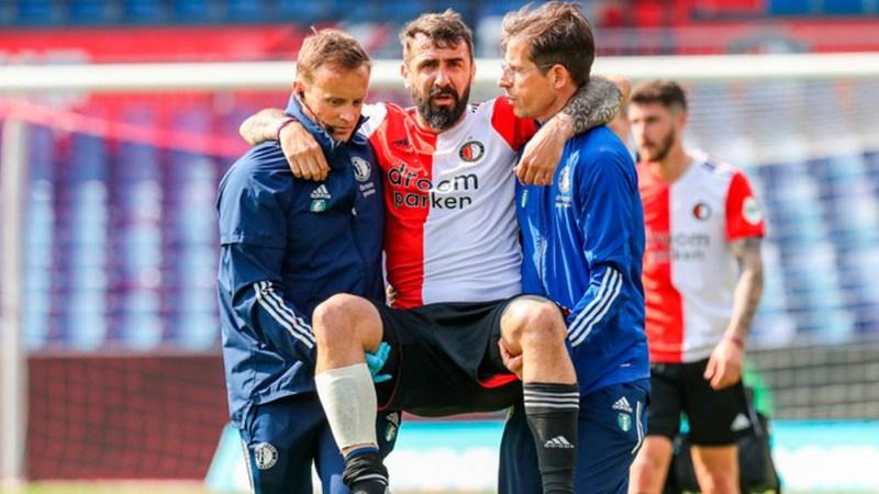 El momento en que Pratto es retirado de la cancha por dos médicos del club (Foto: Twitter).