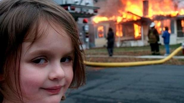 Zoe Roth, la chica que protagoniza uno de los memes más compartidos de los últimos tiempos, donde se la ve con mirada pícara delante de una casa en llamas.