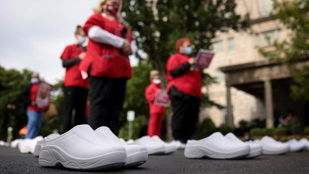 Enfermeras de Estados Unidos rinden homenaje a sus colegas, víctimas del coronavirus.