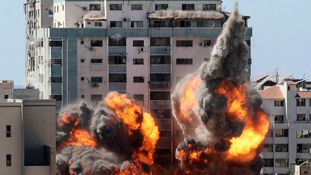 La torre de 13 pisos se derrumbó tras ser alcanzada por varios misiles.