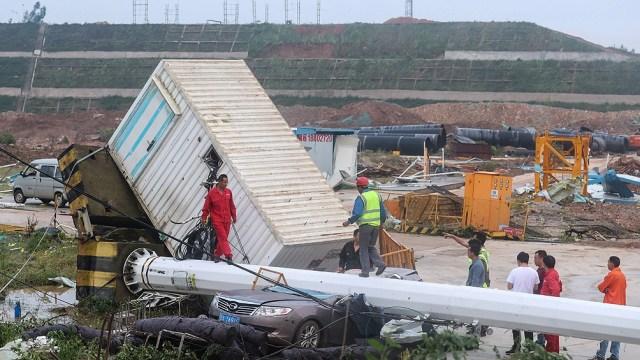 Al menos 12 personas murieron y más de 400 sufrieron heridas.