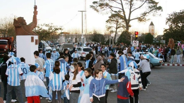 El monumento se había transformado en el punto de encuentro para las celebraciones futboleras (Foto Heberto Molina- Veradia).