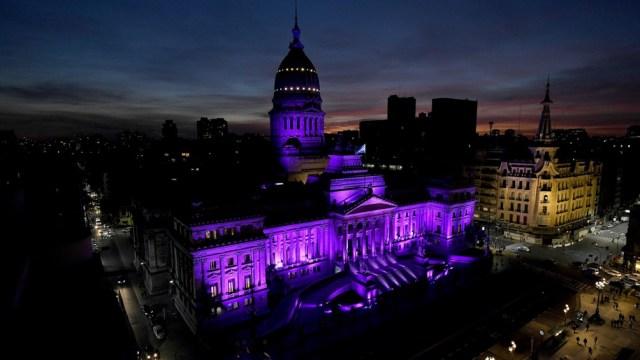 El Congreso se iluminó de violeta.