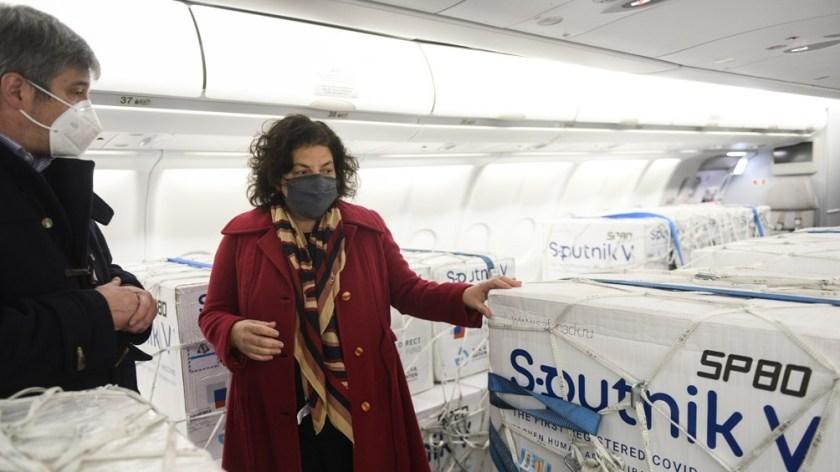 La ministra Carla Vizzotti recibió el envío en el aeropuerto