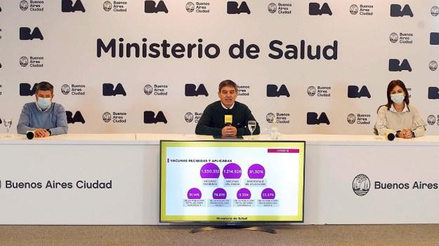 """Quirós sostuvo que es importante reducir los viajes fuera de la Argentina """"especialmente en el próximo mes o mes y medio, para completar la parte más intensa de la campaña de vacunación""""."""