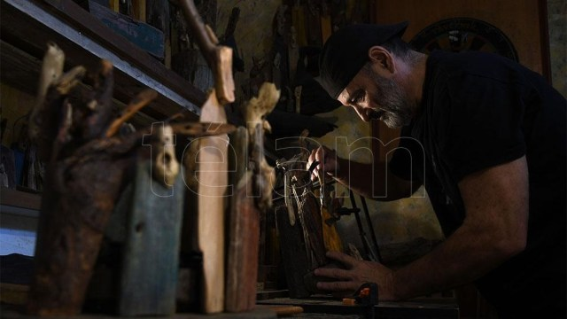 Acuña dedica a sus obras varias horas de la madrugada, mientras en su casa todos duermen. Foto: Daniel Davobe.
