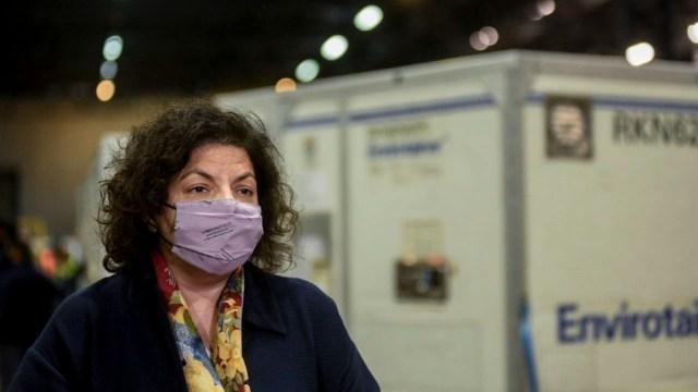 La ministra de Salud, Carla Vizzotti, en el Aeropuerto Internacional de Ezeiza.