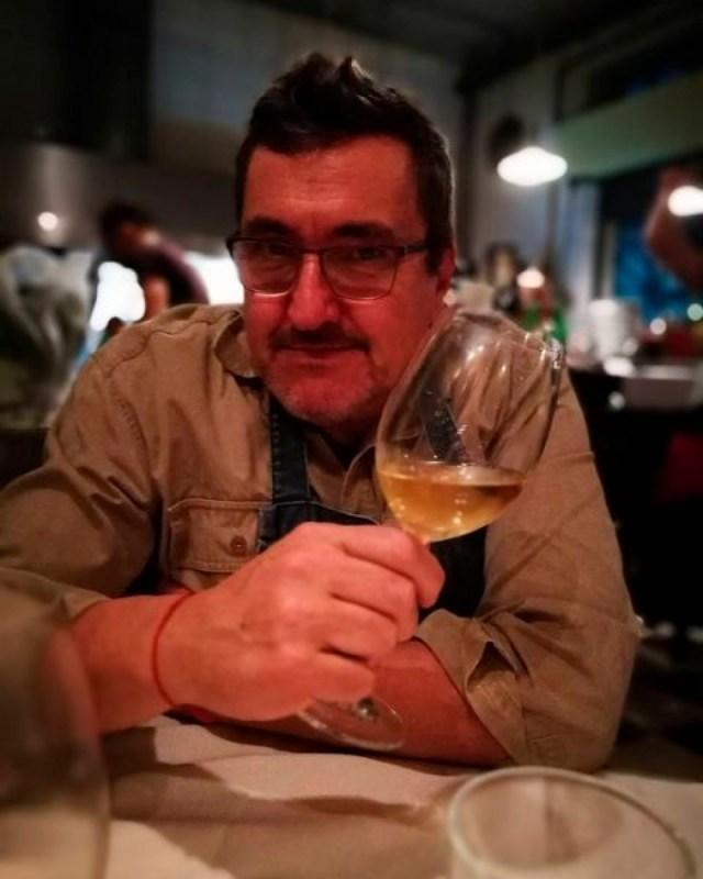 Javier en Urondo Bar, su local gastronómico en el barrio de Parque Chacabuco.