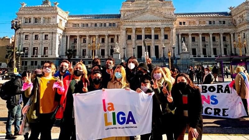 Militantes esperan la aprobación de la Ley de cupo trans en las inmediaciones del Congreso.