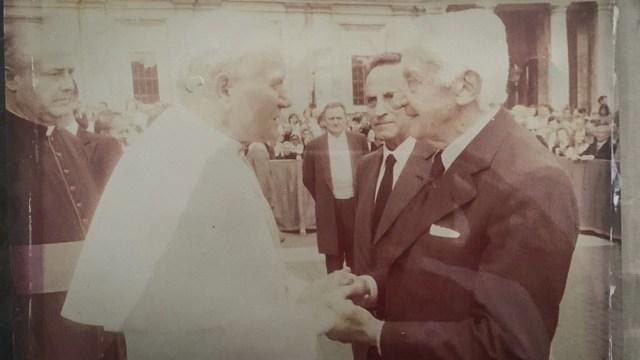 Con Juan Pablo II, en 1982, durante la breve visita papal a la Argentina.