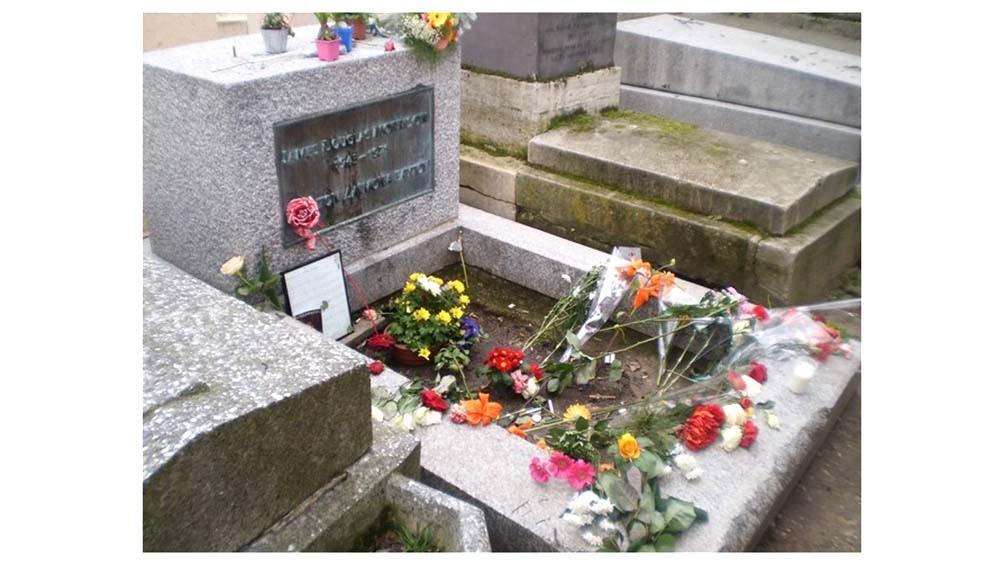 La tumba de Jim Morrison, en el cementerio parisino de Pere Lachaise