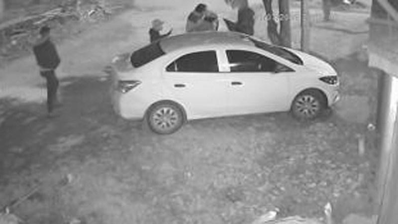 Un hombre fue asaltado por al menos seis delincuentes en Moreno.