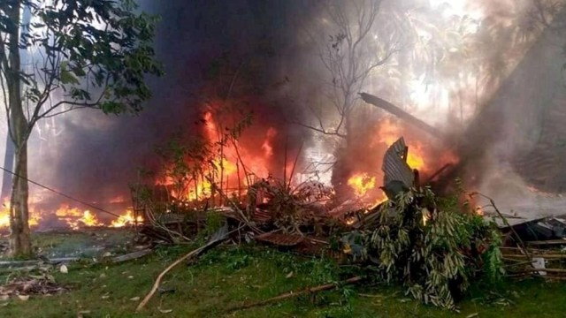 Al menos 29 personas murieron y 50 resultaron heridas cuando el avión militar filipino se estrelló e incendió
