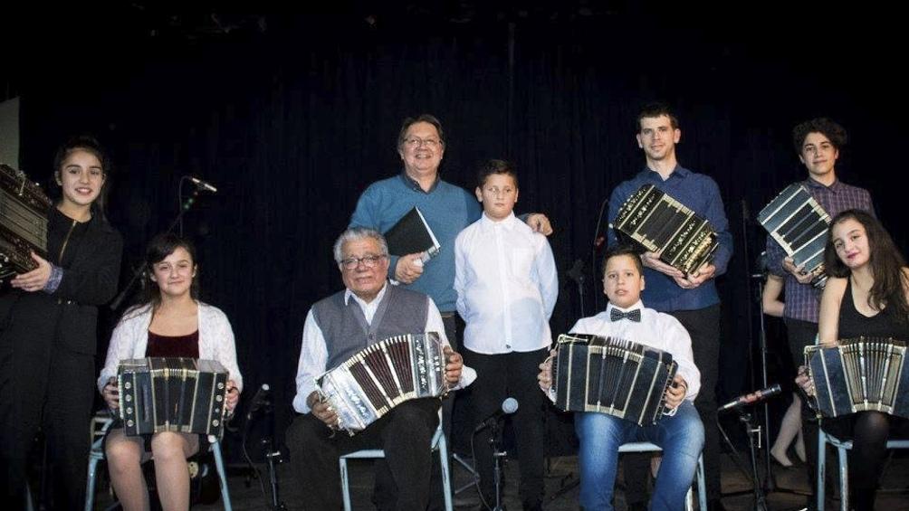 Diego, con alumnos del taller que dio en la Orquesta Escuela de Caleta Olivia (Santa Cruz).