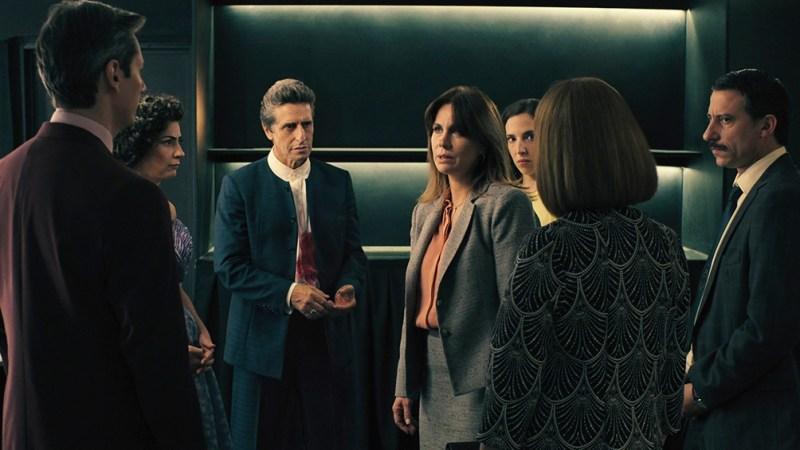 En la miniserie, el atentado contra el candidato a presidente Armando Badajoz (Daniel Kuzniecka) genera una inesperada sacudida en la vida pública y privada del protagonista.