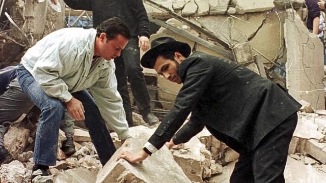 En el atentado terrorista perpetrado del 18 de julio de 1994 murieron 85 personas y más de 300 resultaron heridas.