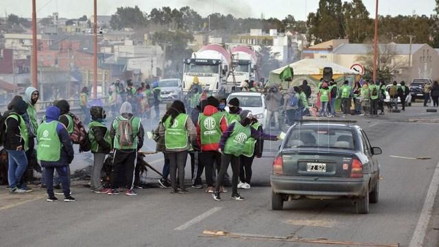 Empleados nucleados en la Asociación Trabajadores del Estado (ATE) de Río Negro se movilizan en las rutas de esa provincia. (Foto Marcelo Ochoa))