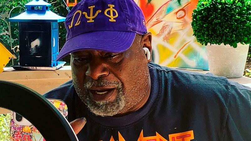 """George Clinton, el músico que al frente de su banda Parliament/Funkadelic rescató a la música negra del """"lavado de cara"""" a la que había sido sometida para el consumo comercial del público blanco,"""