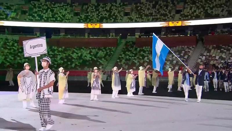 La salida de la delegación argentina con Lange y Carranza Sarioli (Foto: @juegosolimpicos)