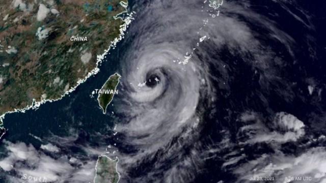 El tifón In-Fa arrancó muchos árboles en el centro de Ningbo, pero hasta ahora no causó daños considerables y su intensidad se debilitó desde que llegó a China