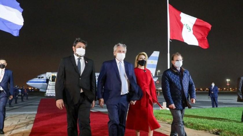Alberto en suelo peruano, acompañado por la Primera Dama y la comitiva (Presidencia).