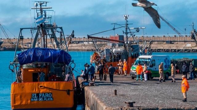 Los ocho tripulantes del pesquero marplatense llegaron al puerto de esa ciudad balnearia en perfecto estado de salud. Foto: Diego Izquierdo.