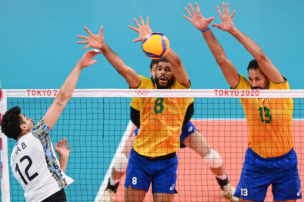Bruno Lima remata ante Brasil.