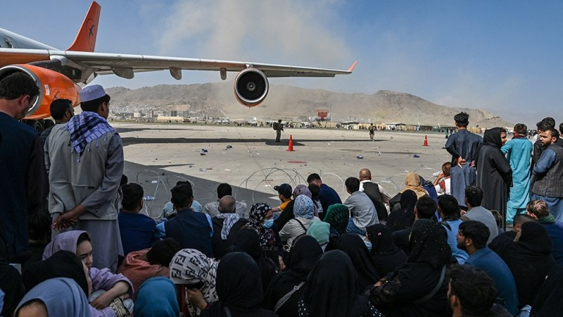 Imágenes impactantes de personas colgadas de aviones que despegaban y que luego cayeron y murieron dieron la vuelta al mundo.