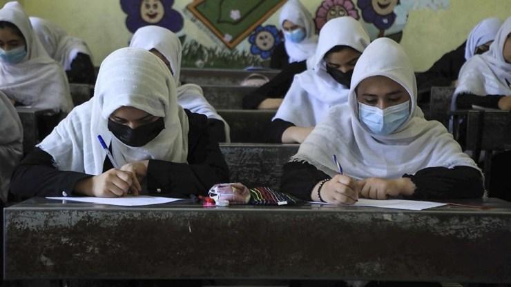 En el interior del país se siente cada vez con más fuerza la incertidumbre de cómo será un segundo Gobierno talibán, especialmente para las mujeres. Foto: AFP.