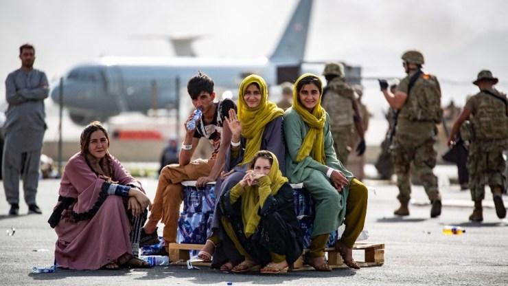 Mientras la urgencia pública está puesta en las evacuaciones, las frenéticas negociaciones del liderazgo talibán y dirigentes afganos no son las únicas en esta crisis. Foto: AFP.